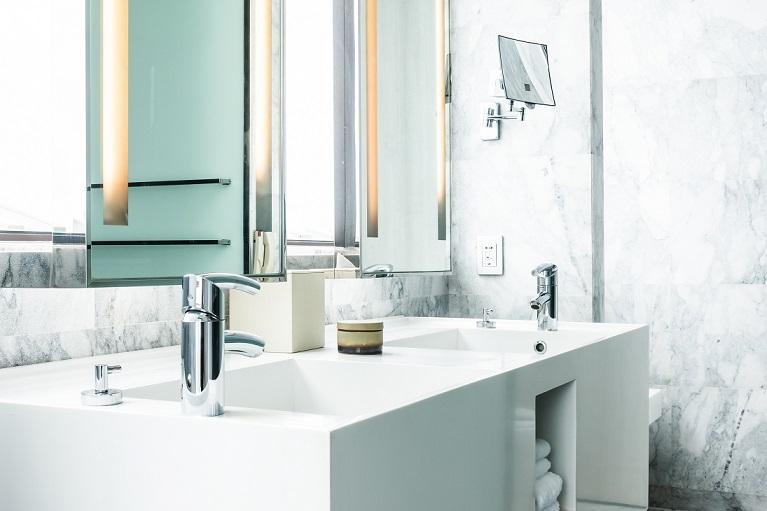 Cambia los azulejos del baño